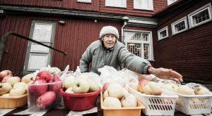 Vanaema, kes müüb turul õunu.